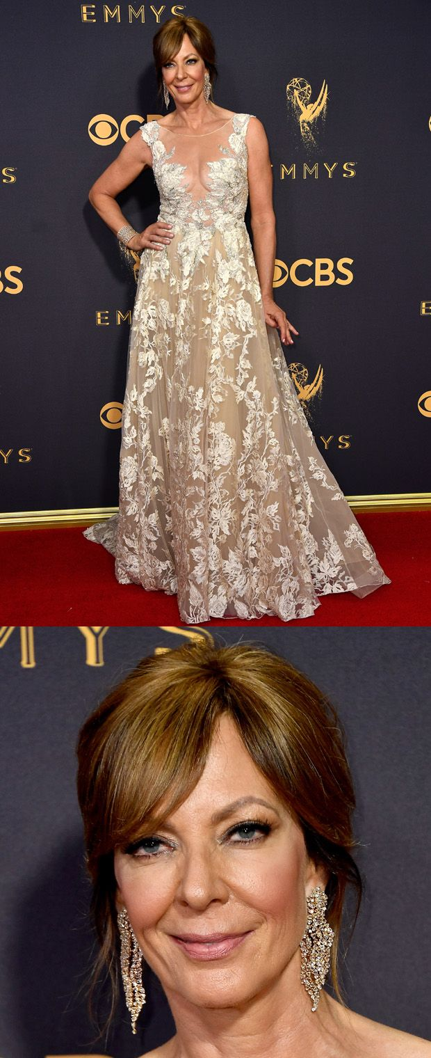 Allison Janney optou por um vestido com bordados Tony Ward e grandes brincos Lorraine Schwartz