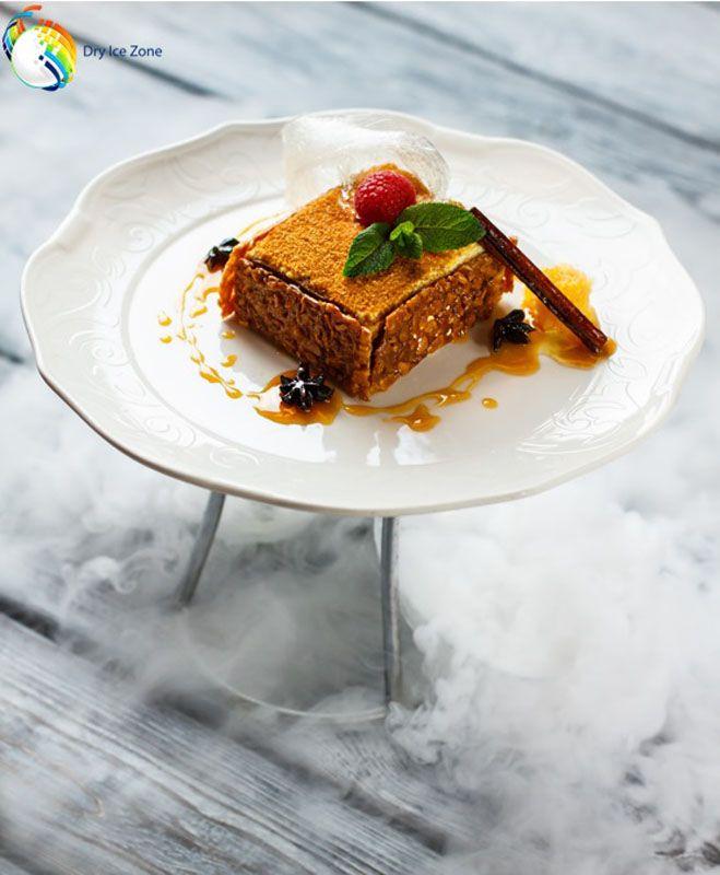 Wesele z suchym lodem to doskonała zabawa, oprawa wizualna, ale nie tylko. Suchy lód pomaga we wzbogaceniu walorów estetycznych dania, a także w utrzymaniu ich niskiej temperatury. Jest to bardzo ważne, gdy wesele odbywa się poza lokalem, w plenerze. Korzystając w właściwości suchego lodu podczas wesela można mieć pewność, że desery, lody lub sushi nie ulegną zepsuciu.