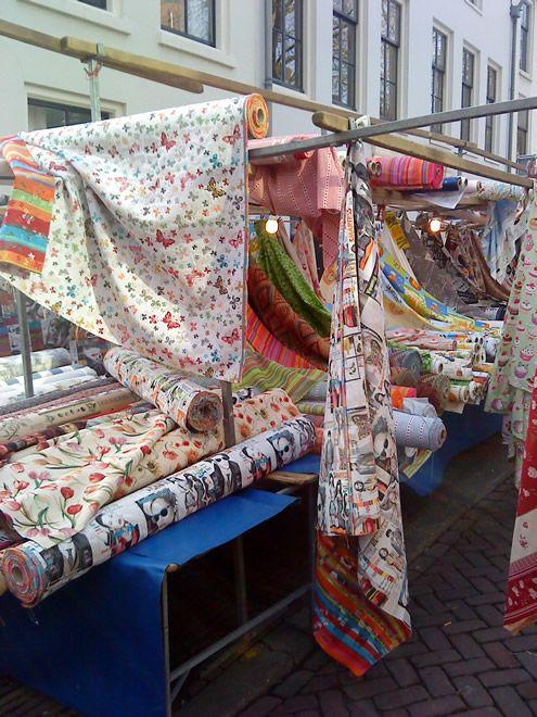 Lapjesmarkt in Utrecht, de grootste van Nederland, elke zaterdagochtend tot 13u in de Breedstraat, achter de Voorstraat die op de Neude uitkomt