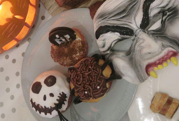 Halloween cupcakes bakken : 7x Halloween snacks / trakaties DIY recepten:  Doodskist cake met skelet erin, halloween muffins en cupcakes (spinnen, grafsteen, spook) gezonde fruit traktaties en meer partysnacks 31 oktober HALLOWEEN Kinderfeest