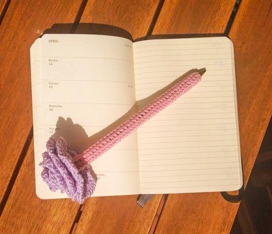 Penna rivestita di cotone lavorato all'uncinetto con fiore eseguito all'uncinetto.