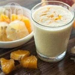 Kurkuma is een van mijn favoriete superfoods! Het geeft ook kleur en smaak aan deze melkvrije smoothie gemaakt van kokosmelk, banaan, ananas en verse gember.