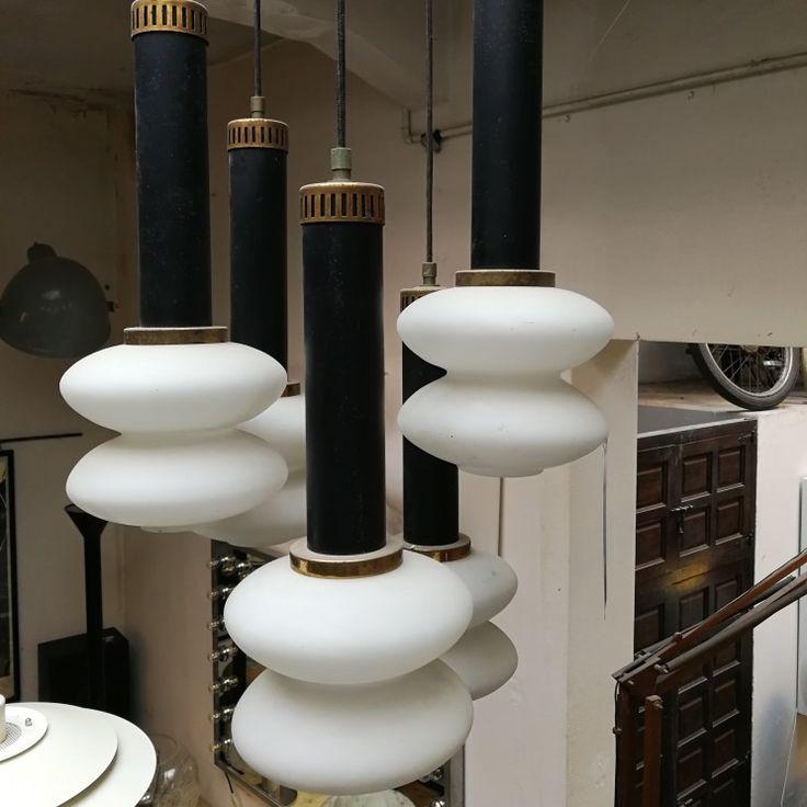 Un lampadario anni 50/60, Stilnovo a 5 luci, in metallo nero con dettagli in ottone e diffusori in vetro bianco incamiciato. Perfettamente conservato e funzionante Misure 50x100h #magazzino76 #viapadova76 #M76 #milano #nolo #modernariato #antiquariato #vintage #design #stilnovo #lampade #lampadari #anni50 #anni60 #gaetanoscolari #stilnovolamp #ceiling #compromodernariato #acquistodesign #comprodesign #acquistomodernariato #comprovintage #acquistovintage