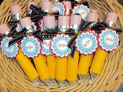 Potlood. Nodig: Gele & Roze papier, Alu.folie, Dub.zijdig tape, Kartelschaar, Rol snoep, Paaseitje.  Werkwijze: Geel papiertje (langer dan rolletje), knip een strookje roze papier (1,5cm). Plak dit op uiteinde geel papier. Knip strookje alu.folie 1,5cm, vouw in 3e en plak met tape over geel & roze papier. Knip voorkant geel papier met kartelschaar & vouw papier om het snoeprol. Vouw om paasei alu.folie en draai 1 kant een puntje. Plak tape aan de onderkant en schuif paaseitje in de potlood.