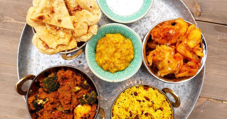 En currytallrik som innehåller allt du kan önska! Vegetariskt curry, naanbröd, mango chutney, lok bhaji, myntayoghurt och ris.