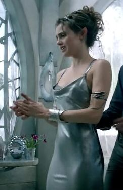 Front of Amberle's indoor dress. I am a little bit obsessed with the costumes in this show. Poppy Drayton as Amberle in The Shannara Chronicles (2016).