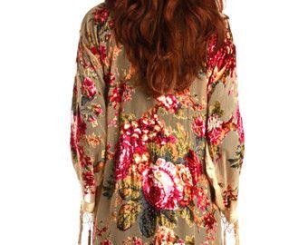 Design floral bleu - burnout Gypsy velours Kimono femmes Boho frange Floral Kimono Cardigan glands Cover Up velours Kimono  Burn Out Kimono en velours Frange longue garniture bordure  Mélange soie  Taille / toutes taille ajustement Tour de poitrine : 200cm (rond) 79.74nch Longueur... 30,70 pouces Sil vous plaît nhésitez pas à poser toutes les questions. Merci pour la recherche !  hippie massa boutique de main ›› https://www.etsy.com/shop/HippieMassa?ref=hdr_shop_menu  ›› JAI N S T A G R A M…