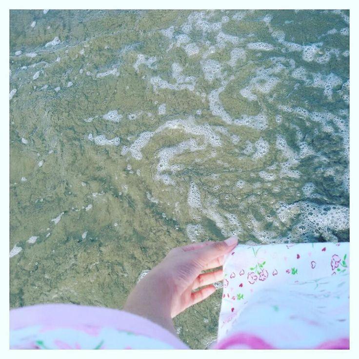 """Biarkan lah air mengalir jauhtapi janganlah ingatan perkalian kita yang mengalir jauhentar pas UAS nilai MTK nya jelek lagi""  #paansii #lagila #laper #manda_lagi_holimonth #holiday_udah_terlalu_mainstream #sengaja #banyakin #hashtagnya #sok_lucu #padahal_garing #garing_apaan? #siapa_yang_membuat_kata_garing #bengkulu #panTai #panjang #galo #au_ah #terang #BHAY!!! by man.daaaa"