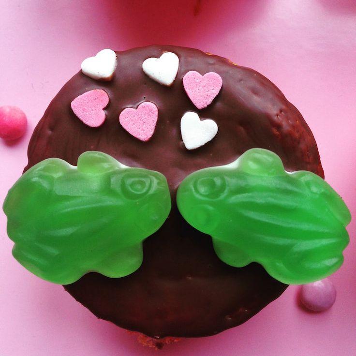 Du wünscht dir eine unvergessliche Hochzeitsfeier im Prinzessinnen-Stil? Dann sind diese tollen Frosch-Muffins genau das Richtige für deinen großen Tag. Sie sind zuckersüß, lecker und zaubern den großen und kleinen Hochzeitsgästen garantiert ein Lächeln ins Gesicht – denn wer kennt es nicht, das Märchen vom Froschkönig?  Für alle Hochzeitsgäste,