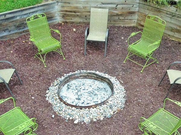 Cree esta sencilla pasarela de madera de chatarra en su jardín.  Es un hermoso toque rústico para cualquier espacio al aire libre.  Www.TheRefurbishedHome.com