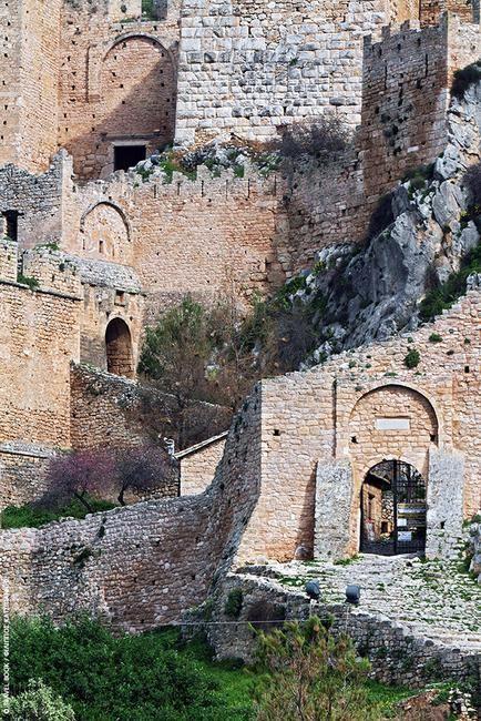 Ακροκόρινθος, Κορινθία: Ο μεγαλοπρεπής βράχος που σε καλωσορίζει μόλις «πατήσεις» Πελοπόννησο είναι στεφανωμένος με ένα από τα πιο επιβλητικά κάστρα που θα δεις στην Ελλάδα. Είναι ο θρυλικός Ακροκόριν