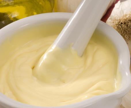 La salsa all'aglio è rapida nella preparazione, in soli dieci minuti vi garantirà un ottimo accompagnamento per le vostre cene a base di bourguignonne.
