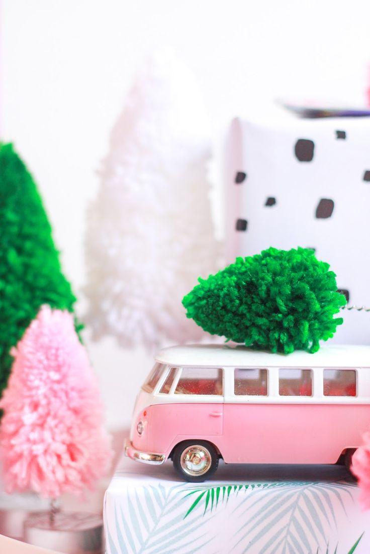 Decoração de natal tropical colorida barata para lugares pequenos - papel de presente embrulhos modernos - mini pinheiros coloridos de lã DIY - felt letterboard DIY -   Christmas pink mint flamingo tropical decor - bottle brush tree DIY -    www.blogdomath.com.br insta @blogdomath