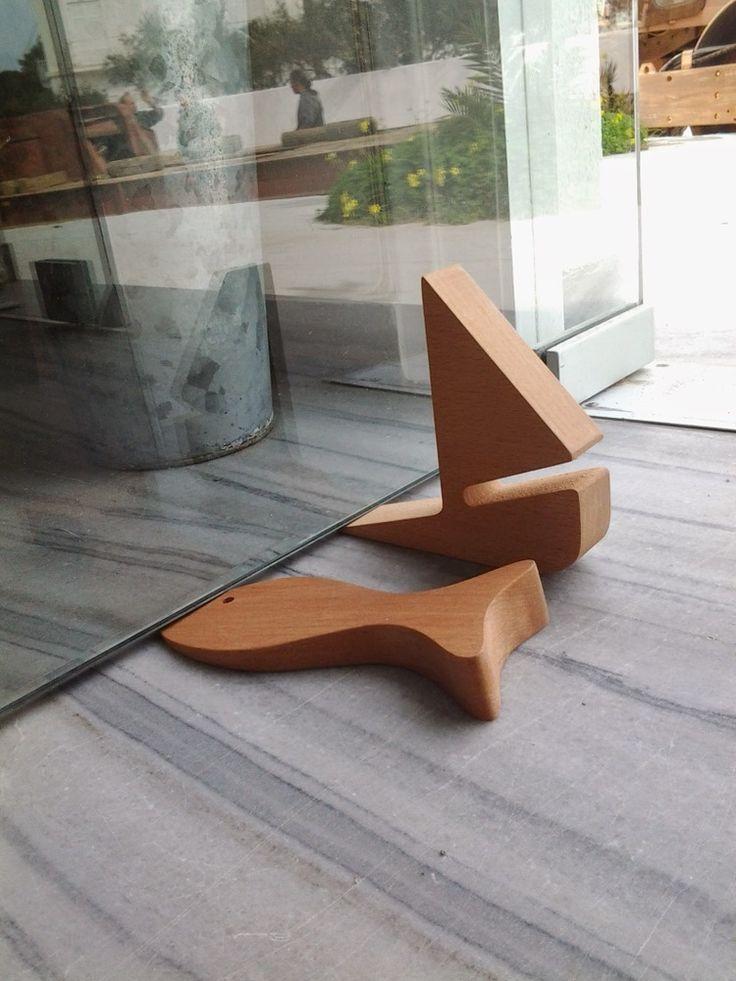 voici une jolie façon d'empêcher les portes de claquer ! en bois , 100 % design…