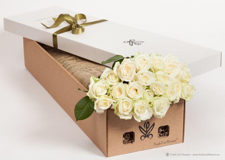 Розы белые в подарочной коробке