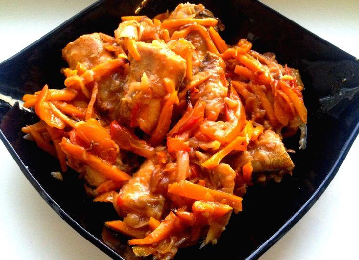 Четверг - рыбный день) И в рубрике ЛЮБЛЮ ГОТОВИТЬ у нас тоже рыбка: щука, тушеная с морковью и луком!!!   🍳Ингредиенты: Щука — 500 Грамм Морковь — 1-2 Штук Лук репчатый — 1-2 Штук Мука — 100-200 Грамм Соль, перец, специи — По вкусу Масло растительное — По вкусу Приготовление: Итак, разделываем щуку. Нам нужно ее выпотрошить и хорошенько промыть. Но если вы взяли уже обработанную рыбу, то сразу приступайте к разделке. У меня в наличии есть 2 рыбы. Одна покрупнее, другая помельче. Это не…