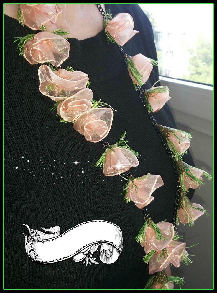 """Cand creativitatea intalneste frumosul rezulta o colectie interesanta. Va prezint colectia noastra de """"Coliere urbane"""" -""""The blossom!""""  Colier varatec textil, design floral, portocaliu. Colierul este 100% realizat manual, florile sunt din organza.  Lungime = 90 cm"""