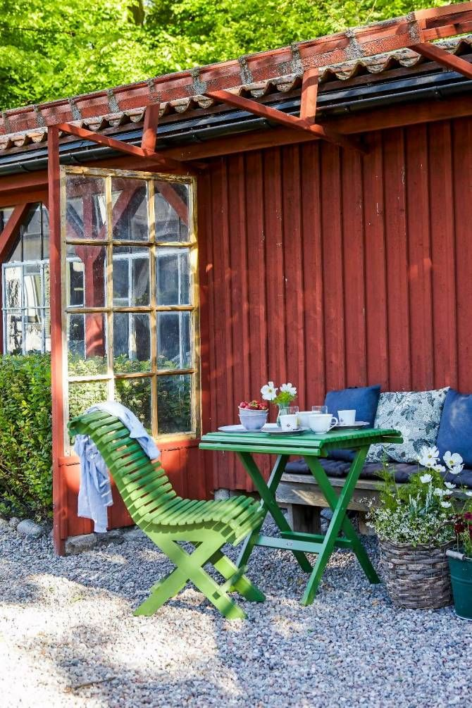 Utemöblerna och gruset vid husvägg