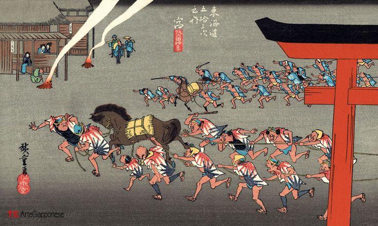 Festival di Atsuta.In questa famosa stampa di Utagawa Hiroshige (歌川広重) vediamo raffigurato un festival religioso autunnale che si teneva annualmente presso l'importante santuario di Atsuta (熱田神宮) nella stazione Miya (宮) della strada Tokaido (東海道). Due gruppi di uomini, con l'aiuto di due cavalli sacri, trascinano dei carri (non visibili, appena fuori l'ingresso del tempio) nell'ambito di un'antica cerimonia scintoista, propiziatrice di buoni raccolti per l'anno a venire.