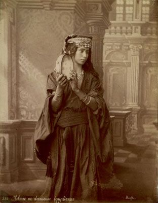 """Une almée... (âlmet, """"savante"""" en arabe). Ces femmes recevaient une instruction en poésie, danse et chant."""