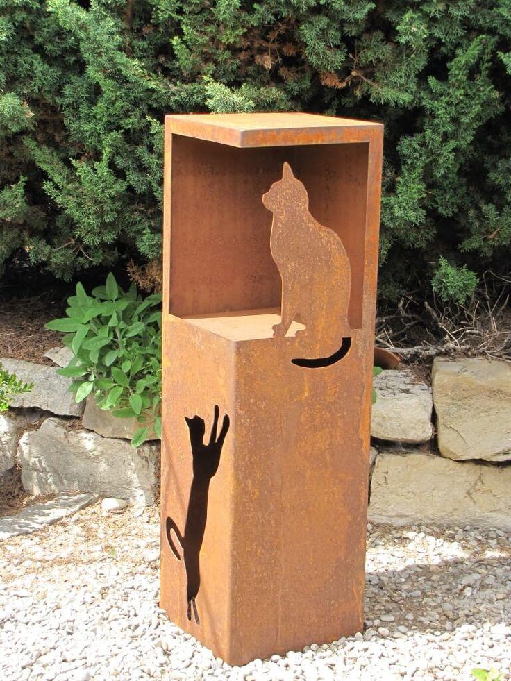 Edelrost Dekosäule Katze mit Öffnung  Die Edelrost Dekosäule hat in der oberen Hälfte eine sehr großzügige Aussparung, die viele unterschiedliche Dekorationsmöglichkeiten bietet.  Im unteren Bereich wurde eine nach oben springende Katze ausgearbeitet und in der großen Öffnung sitzt friedlich ein Kätzchen auf Beobachtungsposten. Die Dekosäule kann auch von unten elektrisch beleuchtet werden und kommt somit Nachts besonders gut zur Geltung.  Die Säule wird ohne Dekoration geliefert.  Größe…