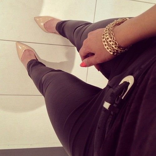 skinny jeans and beige pumps