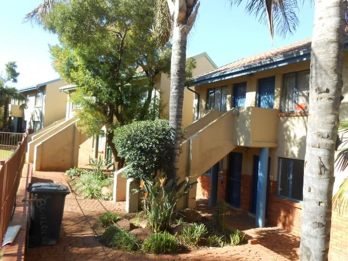 Apartment in Pretoria West, Pretoria - North West, Gauteng R 245,000 More info and photos: http://myroof.co.za/MR112642  Excellent for students!  This is a very good buy. Investors - buy this property to rent it out! For the first buyer - get a foot in the market. Spacious bachelor property. Big open plan room for bedroom and lounge, bathroom and kitchen. Secure parking! Let us help u to invest, make this your own!