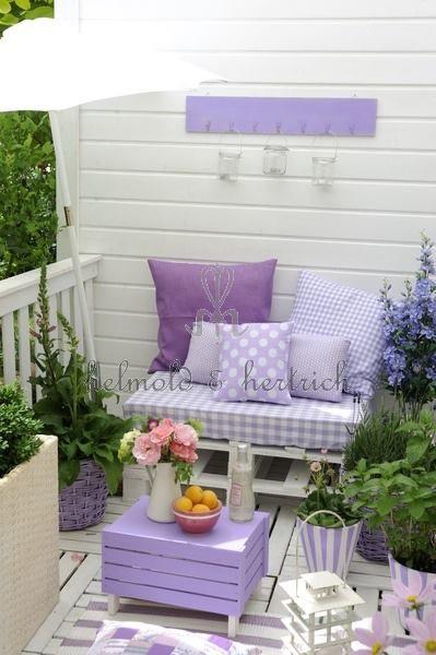 Der Balkon in Violett. Der Tisch wurde passend zu den Kissen lackiert. #KOLORAT…