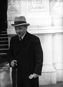 Engelbert Dollfuß (* 4. Oktober 1892 in Texing, Niederösterreich; † 25. Juli 1934 in Wien) war ein österreichischer Politiker. Er fungierte von 1931 bis 1933 als Landwirtschaftsminister und von 1932 bis 1934 als Bundeskanzler, ab 5. März 1933 diktatorisch regierend. Dollfuß war Begründer des austrofaschistischen Ständestaats.