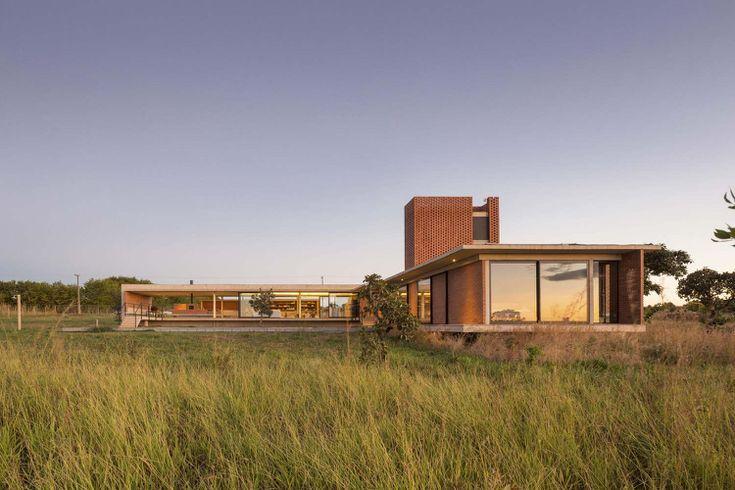 Rote Klinkersteine und Beton für innen und außen Haus in