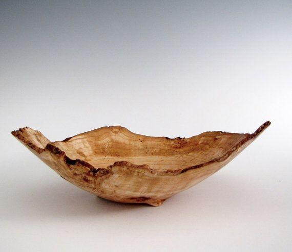 Diese Kirsche Maser hat alle Voraussetzungen für ein großes Stück. Es ist mit einer natürlichen Kante gedreht und ist mit einzigartigen Markierungen im gesamten bespritzt. Dies ist ein spektakuläres Kunstwerk mit toller Form und Stil. Diese Schale ist mittelgroß - nicht ganz groß genug, eine Obstschale.  Kirschbaum Maserholz ist einige der schönsten und die meisten einzigartige Holz, die gefunden werden können. Maserknollen ergeben eine ganz besondere und sehr vollschlank Holz, bekannt für…
