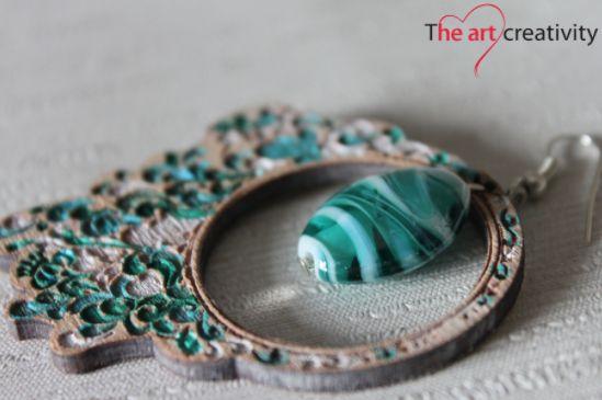 Orecchini in legno colorati a mano con incisione e una perla in vetro verde e blu. #colore #verde #bianco #vetro #handmade #incisione #orecchini #legno