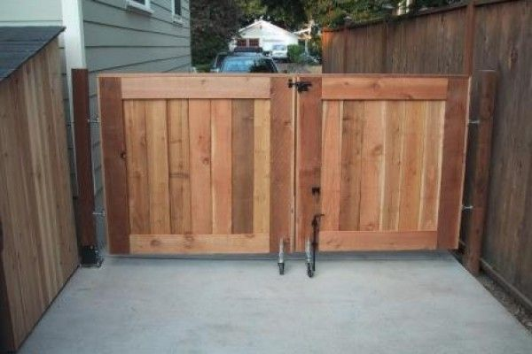 Diy wooden driveway gate woodworking projects plans for Wood driveway gate plans