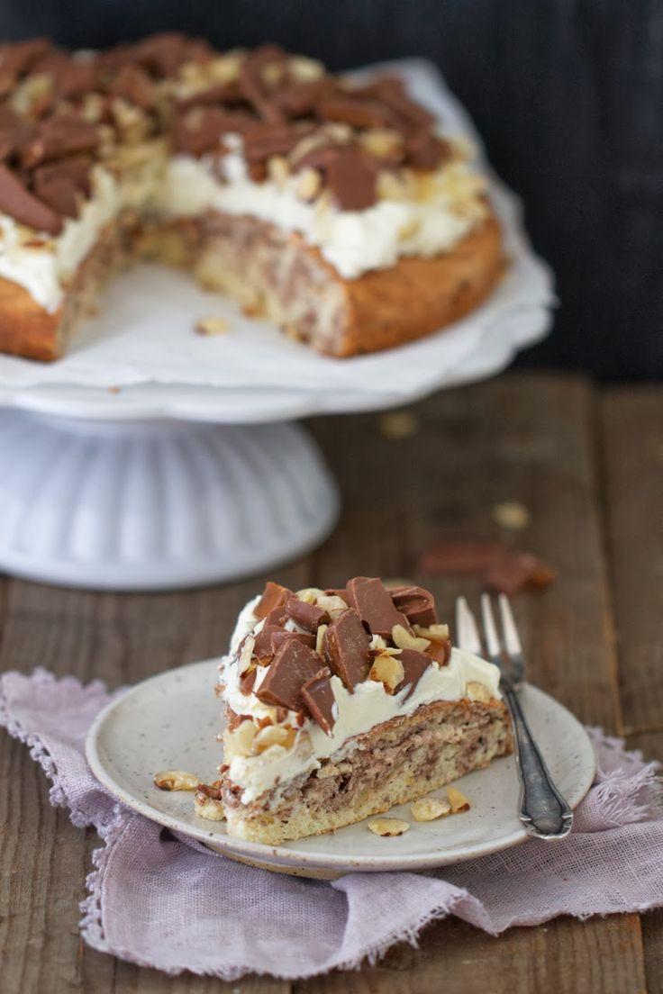 Lykkelig - mein Foodblog: Ein echtes Sonntags-Süß: Biskuitkuchen mit Frischkäse-Frosting und Daim-Bonbons.