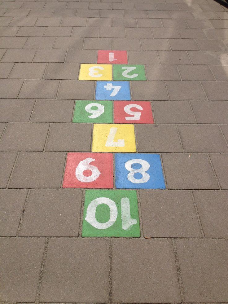 Hinkelspel. Probeer te hinkelen van 1 naar 10. Op de enkele cijfers spring je op 1 been, de dubbele op 2 benen. Variant: je gooit een sleutelbos op een cijfer, hier mag je dan niet meer op springen...