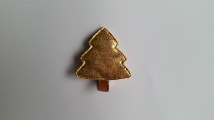 Spinka złota choinka wykonana z połyskującej tkaniny. Wym. 5cmx5,5cm, klips: krokodyl 4,5cm.