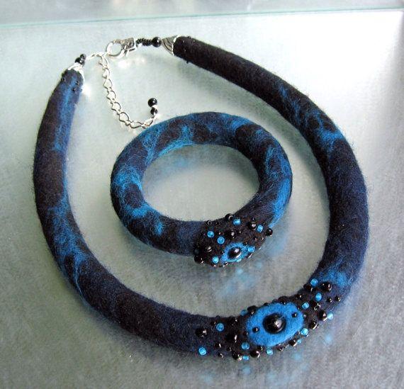 Collier en fibres de laine feutrés et perles de par lululalaine