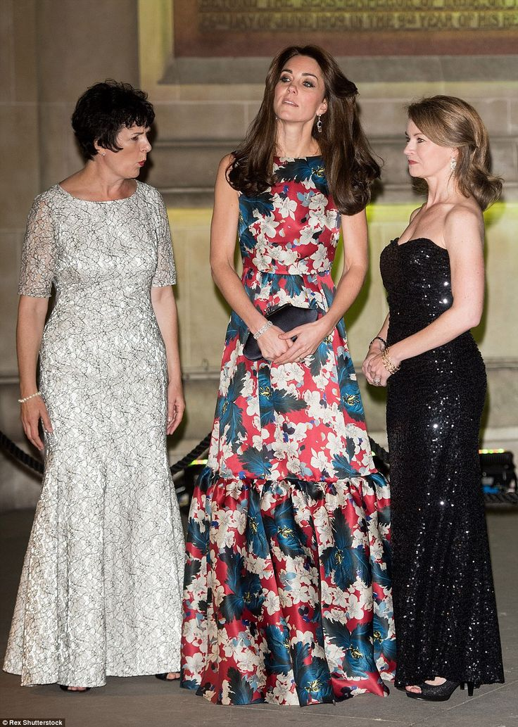 "Kate Middleton, duchesse de Cambridge, au dîner de gala ""100 Women In Hedge"" pour l'association ""The Art Room"" (dont elle est la marraine), au Victoria and Albert Museum à Londres, le 27 octobre 2015. Robe : Erdem:"