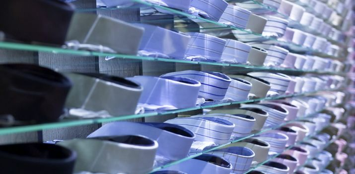 Detailhandel is de directe verkoop van goederen aan consumenten en wordt ook wel kleinhandel genoemd. In de volksmond wordt veelal gesproken over winkeliers. Hieronder vallen zowel de winkeliers met een fysieke verkooplocatie (winkelpand) als de online verkoop. Wat valt onder detailhandel? Bij detailhandels wordt meestal gedacht aan een winkel waar je naartoe gaat om