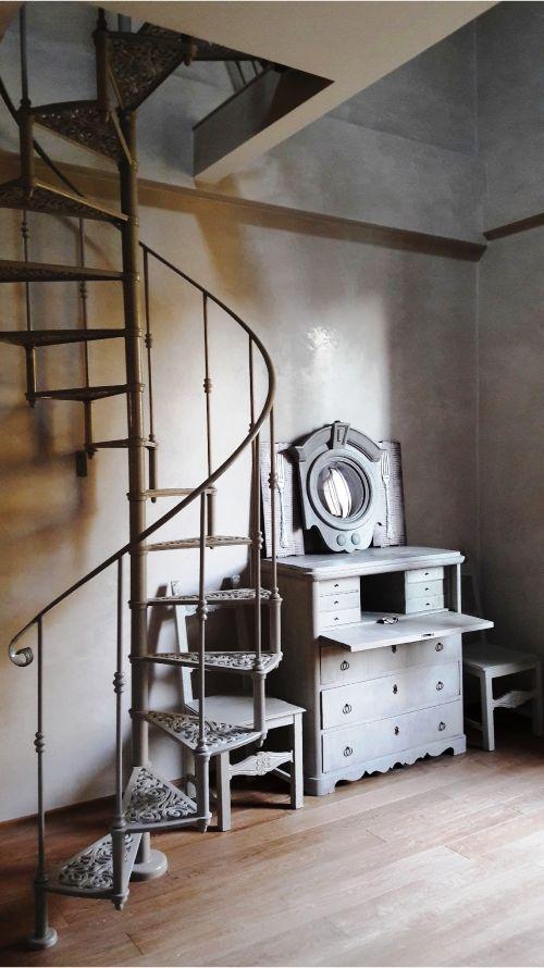 Scala a chiocciola modello Deco', diametro 115 cm. Progettazione e styling Arch. Eva Majernikova, Firenze