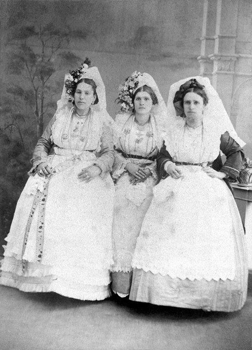 1880 Τρεις Κερκυραίες με νυφιάτικες φορεσιές.           www.facebook.com…
