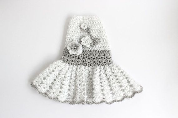 A crochet vestidos: -blanco con plata -plata con blanco  Busca a mano hermoso perro crochet vestidos. Estos vestidos están hechos de hilo blanco y gris de ganchillo con hilo de plata. Estos son vestidos estilo Pullover y están adornados con pequeñas flores de ganchillo. Su princesa se verá precioso en ella.  Estos vestidos ya que se hacen por favor ajuste su perro cuidadosamente para asegurar la precisión de la medida.  Las medidas de este vestido son: Cuello: 9.5 Pecho: 13 Longitud: 10  A…