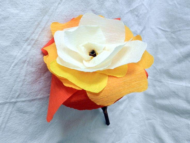 Dekoratiuni: Floare multicoloră din hârtie creponată