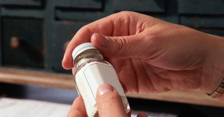 Cómo tomar las sales de Epsom para el estreñimiento. Sal de Epsom es el nombre común para el sulfato de magnesio químico. Esta sal se utiliza a menudo como un remedio natural para numerosas condiciones de salud, como las migrañas, dolores musculares, calambres y para eliminar las toxinas del cuerpo. Además, algunas personas la usan como una manera de aliviar el estreñimiento. Bajo el cuidado de tu ...