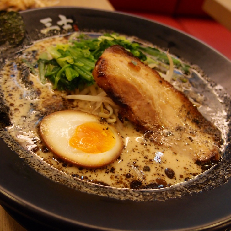 原來黑油包覆麵條不膩好讚的鹿兒島黑拉麵。It's creative to cook a #Noodles Ramen with Kagoshima-ken oil #food #Taiwan