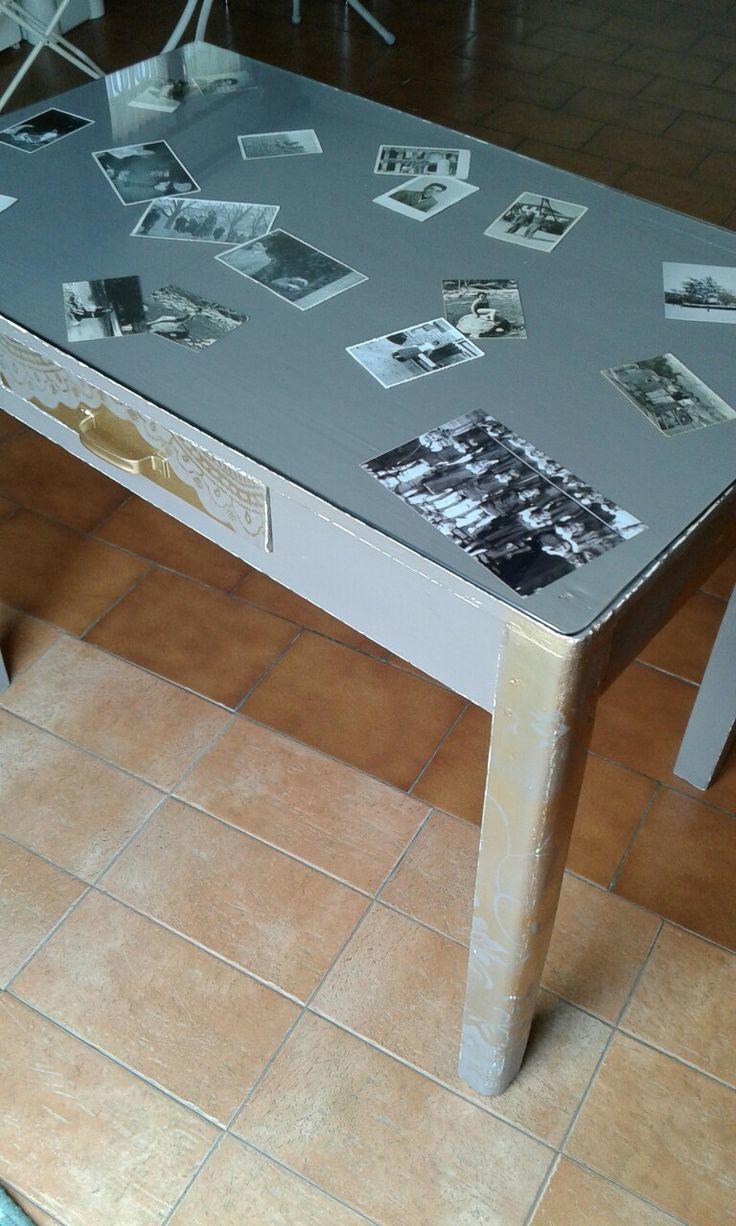 Vecchio tavolo con stencil di pizzo e foto d'epoca