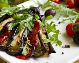 Aubergine, tomate et mozzarella rôties au four : http://www.fourchette-et-bikini.fr/recettes/recettes-minceur/aubergine-tomate-et-mozzarella-roties-au-four.html