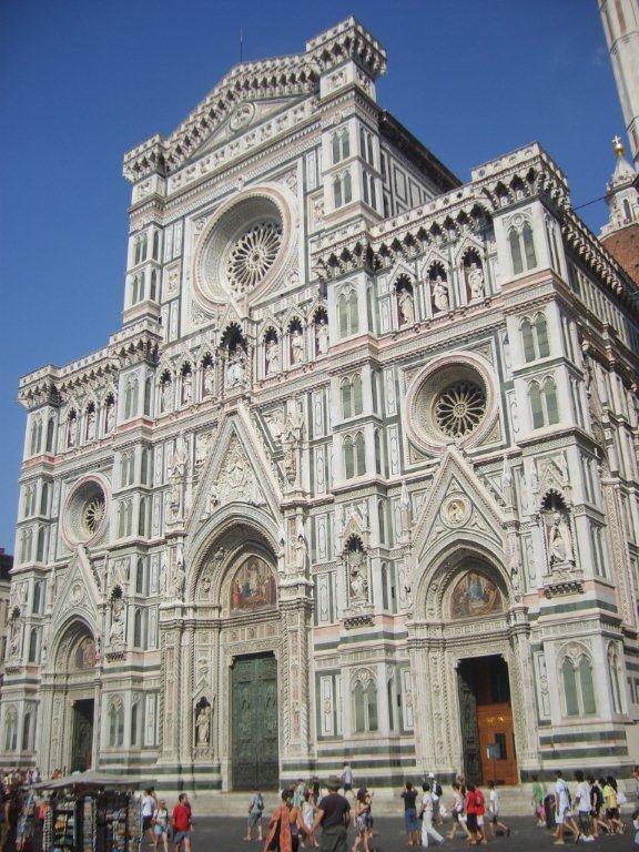 Hava sıcak olduğundan biraz etrafı gezip otele geri dönüyoruz. Bir kaç saat dinlendikten sonra, Duomo meydanında soluğu alıyoruz... Daha fazla bilgi ve fotoğraf için; http://www.geziyorum.net/floransa-gezisi/