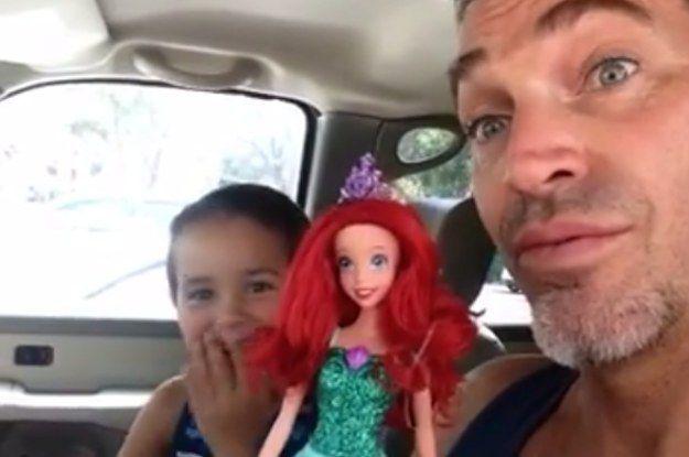 Regardez la vidéo (en anglais) ici: | Ce père a eu une réaction touchante quand son fils a voulu une poupée Ariel