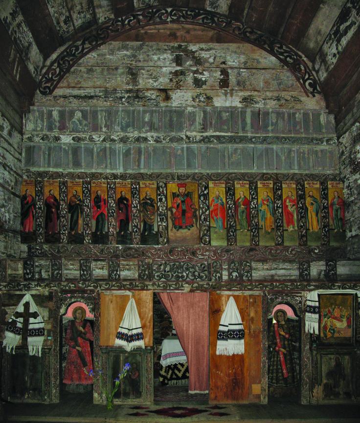 """Spaţiul interior al bisericii din Dragomireşti,  Maramureş este compartimentat, conform cultului creştin de rit oriental, în: altar, naos, pronaos şi pridvor, fiecare dintre spaţii purtând şi o denumire locală, determinată de atribuirea simbolică a fiecăruia: pronaosul, rezervat femeilor, este numit """"biserica femeilor"""", naosul, destinat bărbaţilor, se numeşte """"biserica bărbaţilor"""", iar altarul este spaţiul preotului."""